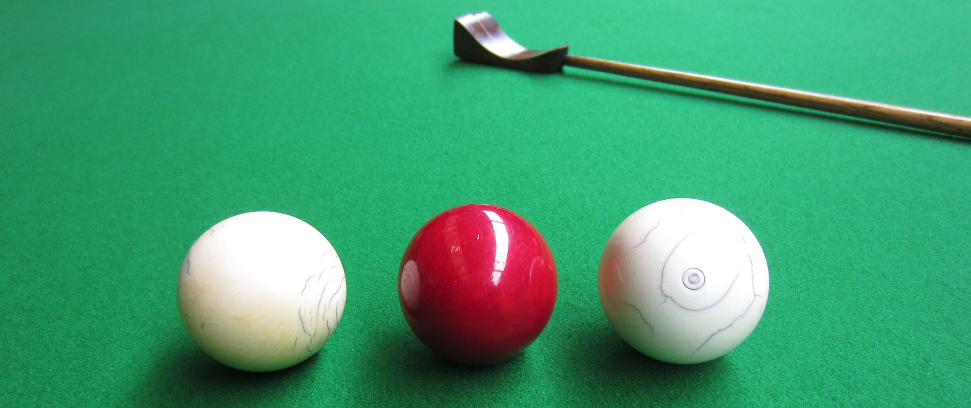 >Circa 1800 >Antique ivory billiard balls, with mace